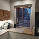 Żaluzje drewniane w kuchni