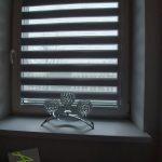 Roleta dzień noc w małym oknie