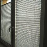 Szare plisy w oknie