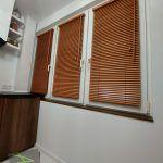 Żaluzje drewniane w kuchennych oknach
