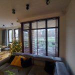 Żaluzje drewniane- wysokie okna_2