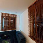 Żaluzje drewniane - kilka okien