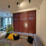 Żaluzje drewniane w salonie