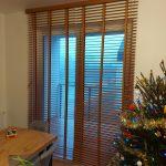 Żaluzje drewniane w oknach tarasowych