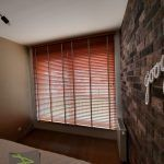 Żaluzje drewniane - sypialnia