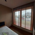 Odsłonięte żaluzje drewniane - sypialnia