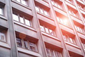 Słońce odbijające się w oknach