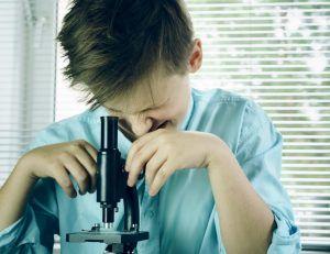 Uczeń z mikroskopem